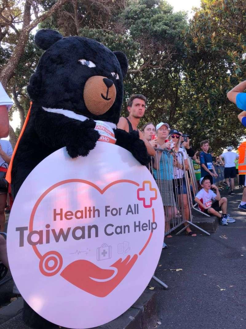 台灣觀光局吉祥物「喔熊」宣傳「人人要健康,台灣能幫忙」(僑胞提供)