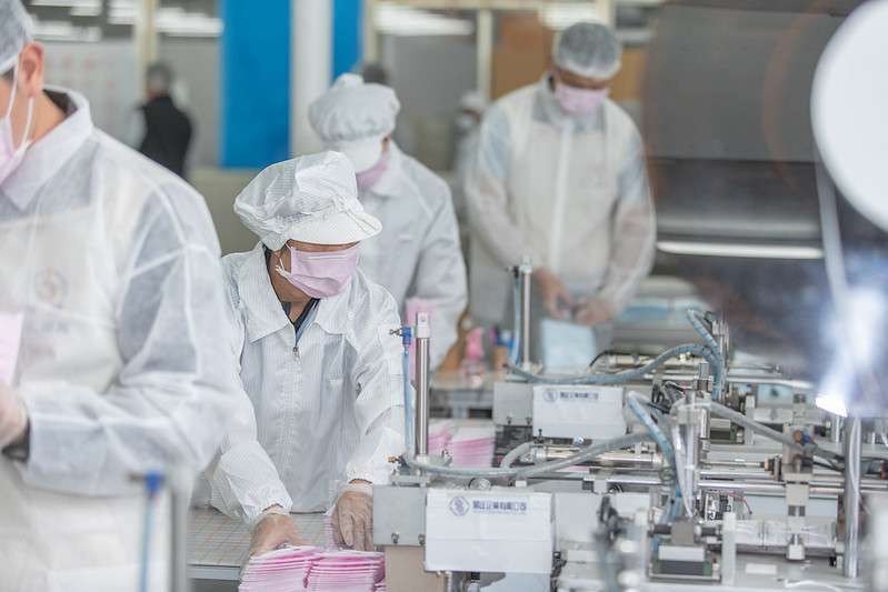 20200309-總統蔡英文今(9)日前往桃園龜山參訪製造口罩的易廷企業有限公司。(取自總統府@flickr)