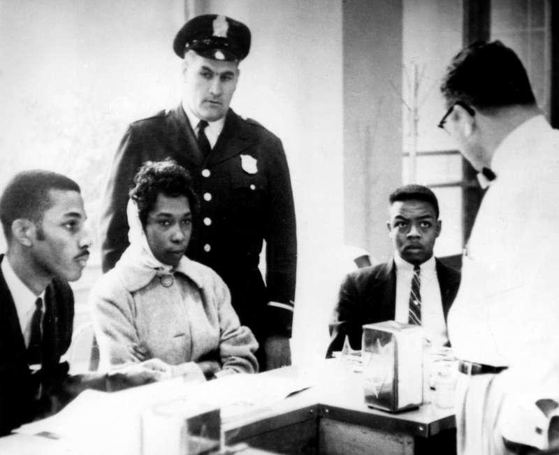 1960年3月,黑人學生在鐵路餐廳靜坐時遭店經理要求離開。(AP)