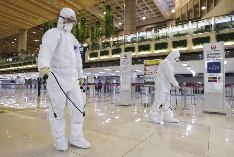 首爾金浦機場正在加強消毒。(美聯社)