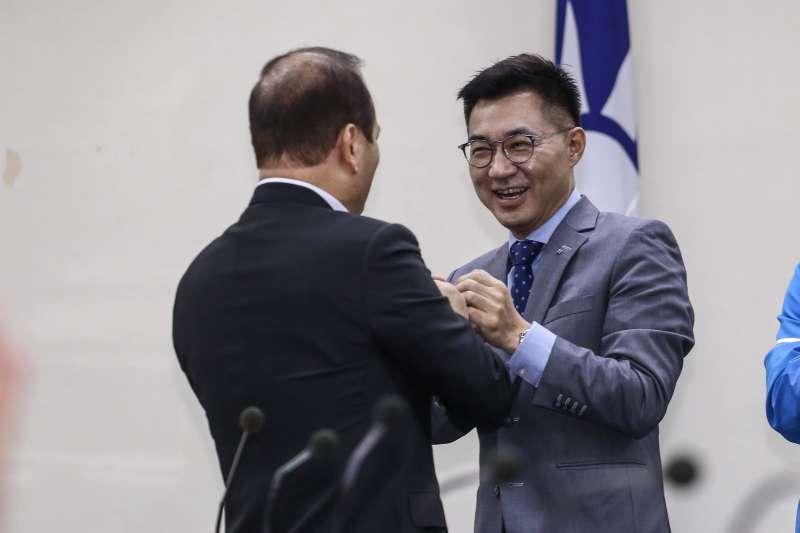 20200311-國民黨中常會,由新任黨主席江啟臣主持並頒發新任中常委當選證書。(陳品佑攝)