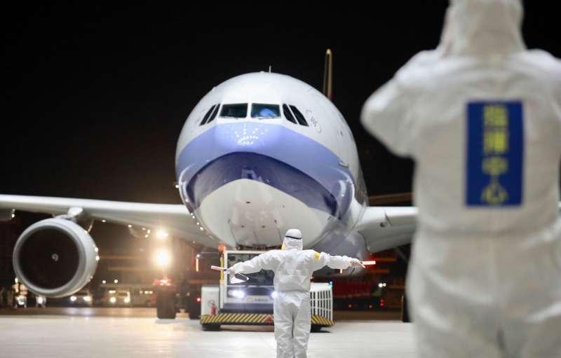 第二批武漢包機華航專機於3月10日晚間抵達桃園機場。(疾病管制署疫情指揮中心提供)