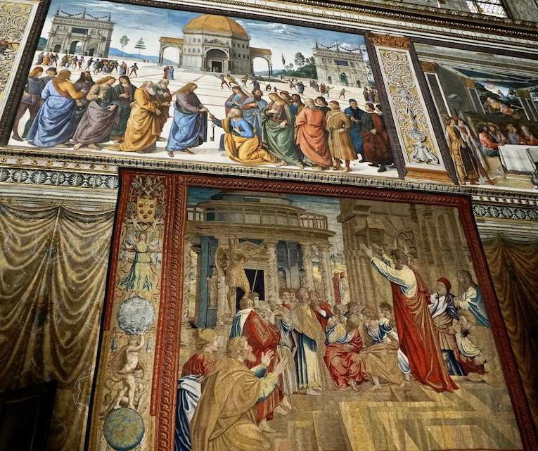 西斯汀祈禱堂拉斐爾(下)與老師皮耶羅·德拉·弗朗西斯卡(上)作品。(曾廣儀攝)