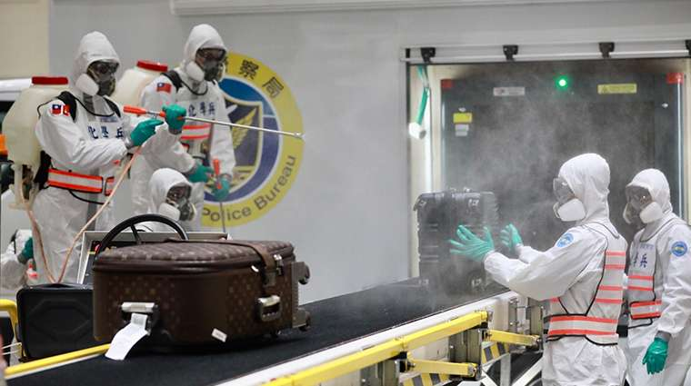 化學兵為乘客行李徹底消毒,不讓病毒有機可乘。(圖/中央流行疫情指揮中心提供)