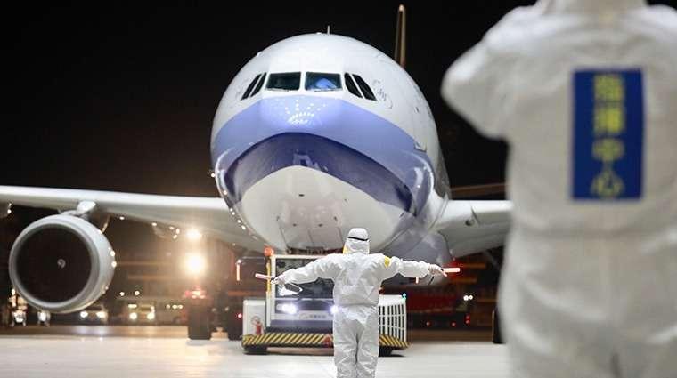 負責第2次武漢包機返台的華航班機,於3月10日深夜抵台,防疫人員嚴陣以待。(圖/中央流行疫情指揮中心提供)
