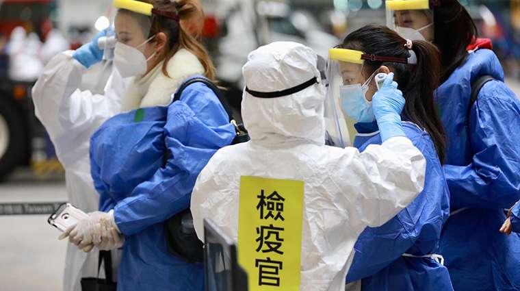 檢疫官為每位下機國人測量體溫,力求防疫措施滴水不漏。(圖/中央流行疫情指揮中心提供)