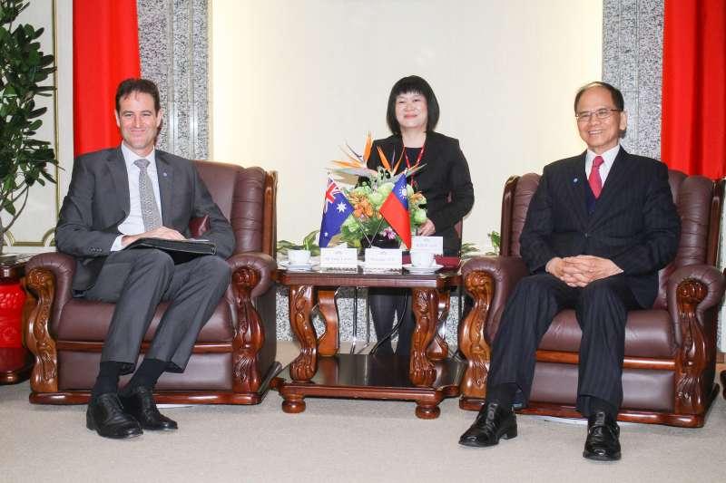 20200311-立法院長游錫堃(右)接見澳洲辦事處駐台代表高戈銳(左)。(蔡親傑攝)
