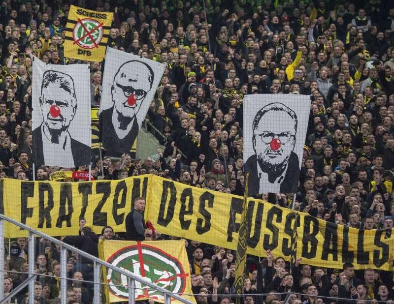 雖然歐洲疫情升高,但德國門興格拉德巴赫的足球觀眾依舊沒人戴口罩。(美聯社)