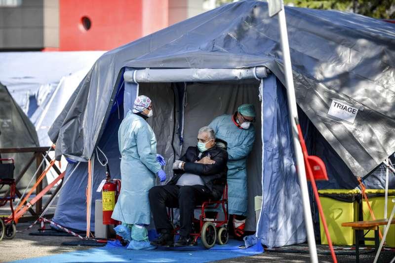 義大利北部布雷西亞一處醫院收治武漢肺炎病患的臨時急診處。(美聯社)