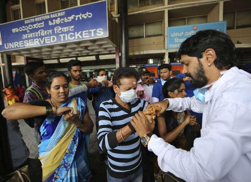 武漢肺炎(新冠肺炎)疫情蔓延全球,印度衛生當局教導民眾正確洗手方式(AP)