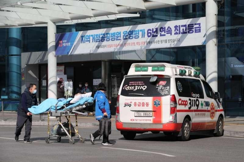 首爾醫療中心(Seoul Medical Center)接收武漢肺炎患者。在警報系統下,公眾能收取官方提供的病例資訊,但亦有可能構成私隱問題。圖/*CUP
