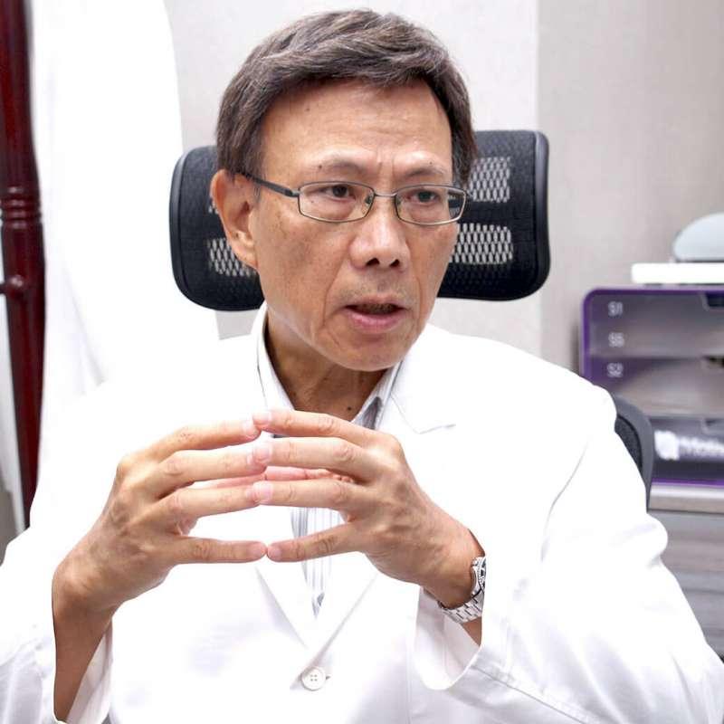 資深骨科主任沈慶源醫師說明足底筋膜炎問題 (圖:群英整形外科診所提供)