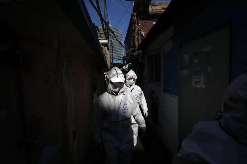 南韓疫情雖然稍見減緩,但首爾仍在加強消毒工作。(美聯社)