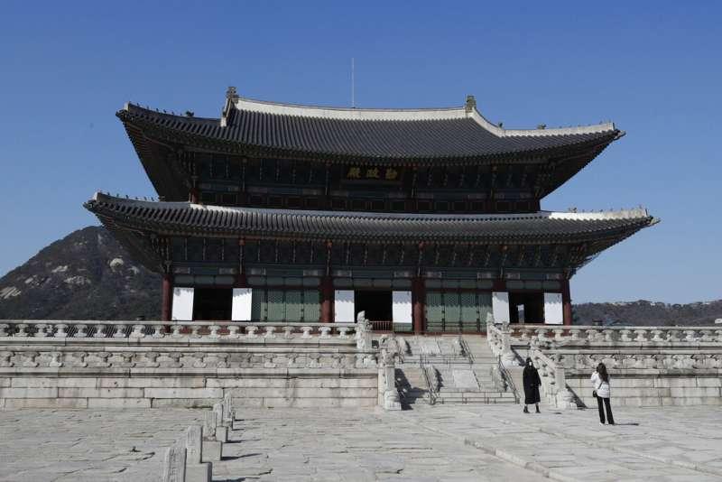 南韓首爾的景福宮遊客仍戴著口罩。(美聯社)
