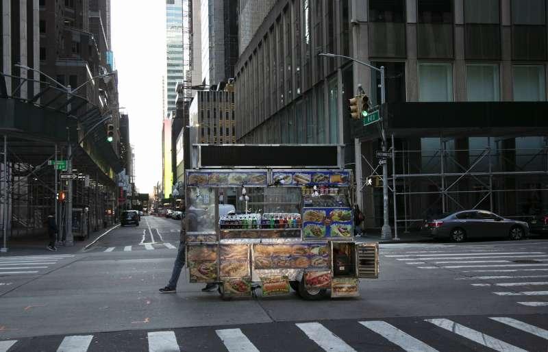 美國武漢肺炎疫情升溫,連紐約時代廣場附近都人潮稀少。(美聯社)