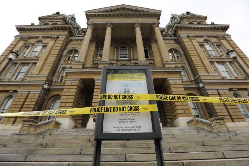 為避免群聚感染,美國愛荷華州議會工作暫停至少30天,州議會建築也封鎖禁止進入。(美聯社)