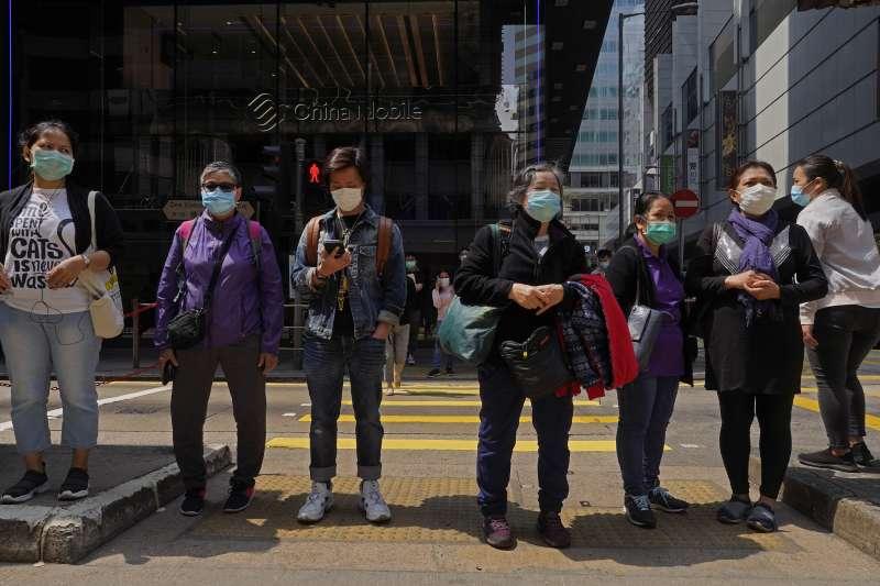 武漢肺炎疫情持續擴大,香港民眾紛紛戴起口罩(AP)