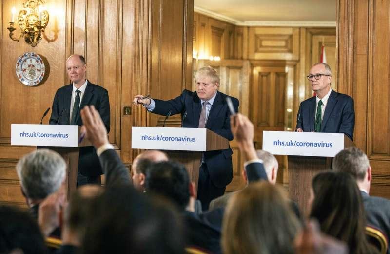 英國首相強森16日召開防疫對策記者會。(美聯社)