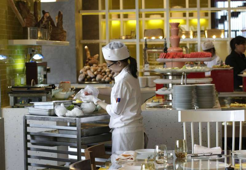 國際大飯店飯店從業員工眾多,在觀光旅宿業受到武漢肺炎疫情嚴重影響下,可能面臨減薪或放無薪假的窘境。(新新聞資料照)