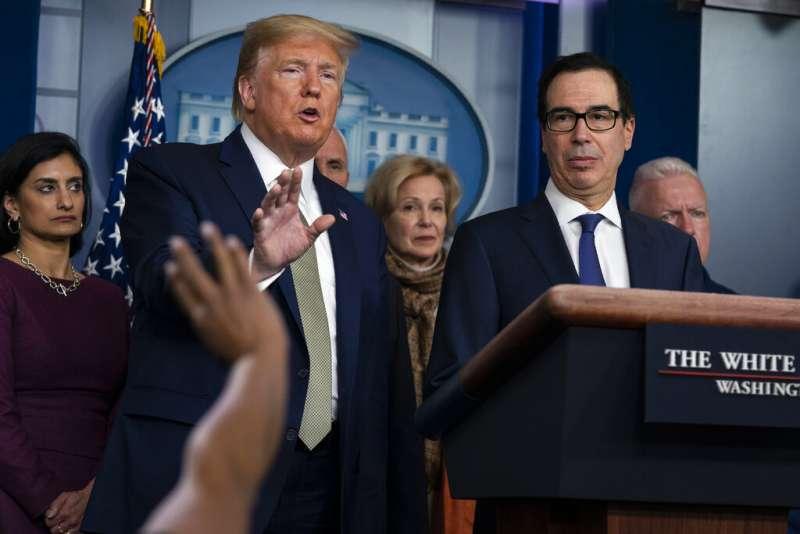 武漢肺炎(COVID-19、新冠病毒)在美國全境肆虐,50州全都淪陷。3月17日,總統川普與財政部長馬努欽在白宮記者會回應記者問題。(AP)