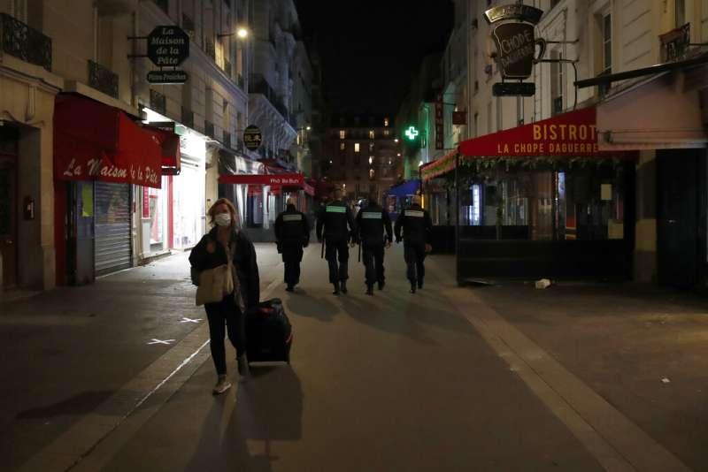 3月17日中午12時起,法國政府開始禁止民眾外出,例外是由包括工作、採買食物、就醫、照顧親人、個人運動及寵物生理需求,外出時須攜帶法國政府制式自我聲明表格,自行勾選事由以便盤查。(美聯社)