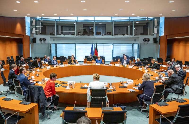 德國總理梅克爾在內閣會議上討論新冠肺炎對策。(美聯社)