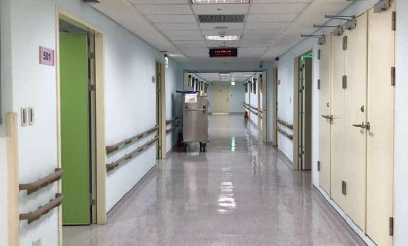 新北所有53家醫院一般病房全面禁止探病、陪病者限1人;加護病房則需訂定探病時段,且每次至多2人探病。(圖/新北市衛生局提供)