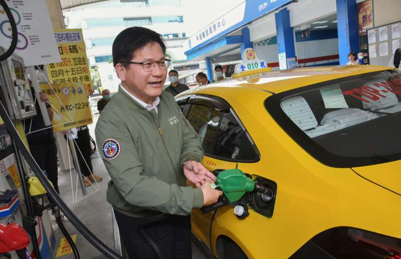 20200320-交通部長林佳龍20日視察「計程車油料補貼措施」體驗加油過程。(盧逸峰攝)