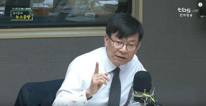 青瓦台政策室長金尙祚出演廣播節目時,提到台灣實名制購買口罩與禮讓使用的經驗,認為「台灣行,南韓也辦得到」。(截圖自TBS 《金於俊的新聞工廠》錄影畫面)圖/想想論壇