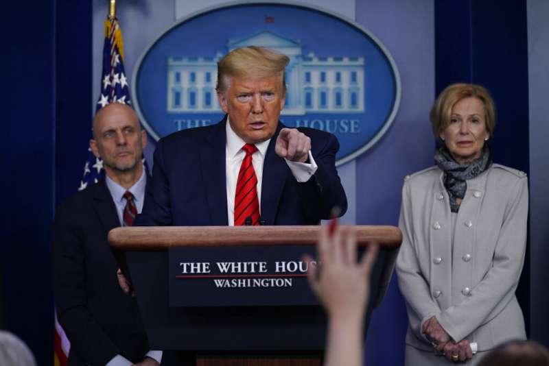 美國總統川普召開記者會說明新冠肺炎疫情。(美聯社)