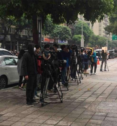 大批媒體守候在校園前拍攝引發學生不滿。(圖/翻攝自Meteor)