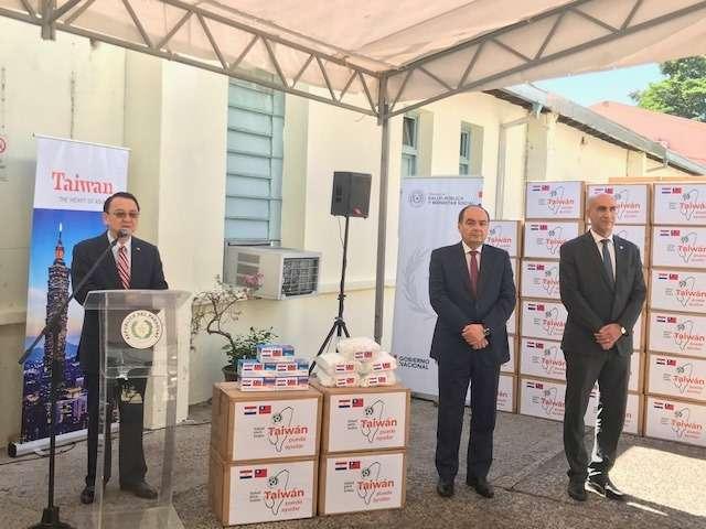 武漢肺炎全球疫情告急,我駐巴拉圭大使館就地緊急採購10萬片口罩與其他防疫物資給巴拉圭衛生部。(中華民國駐巴拉圭大使館)