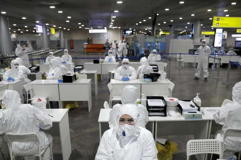 武漢肺炎:莫斯科謝列梅捷沃機場大批醫護人員準備為返國旅客檢疫(AP)