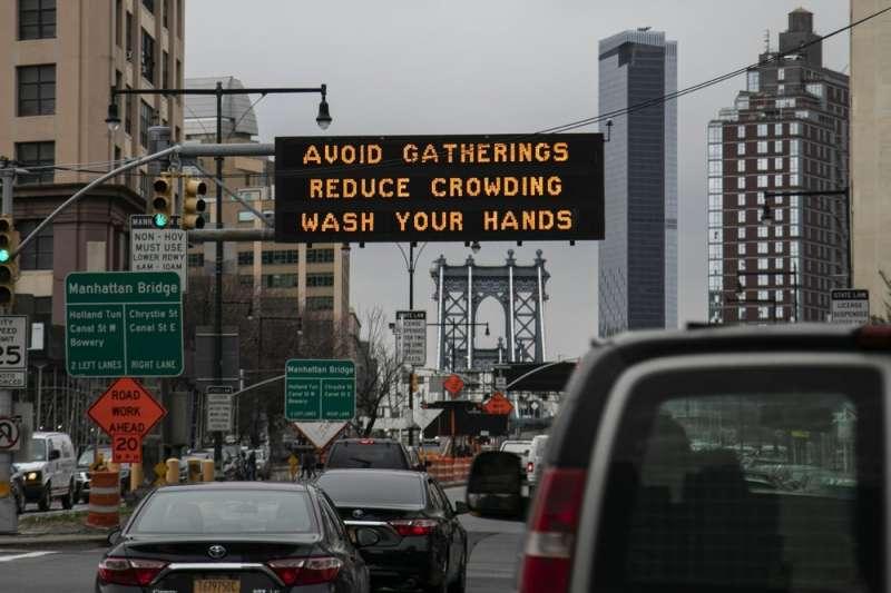 美國新冠肺炎疫情加劇,街頭到處是提醒民眾洗手的標語。(AP)