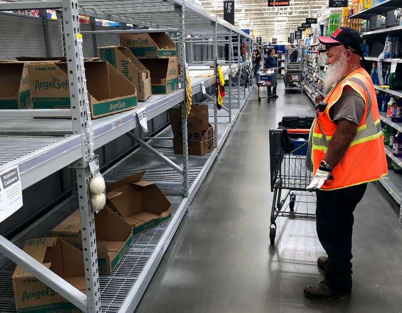 新冠肺炎爆發後許多假新聞流竄,使大賣場貨架一空。(AP)