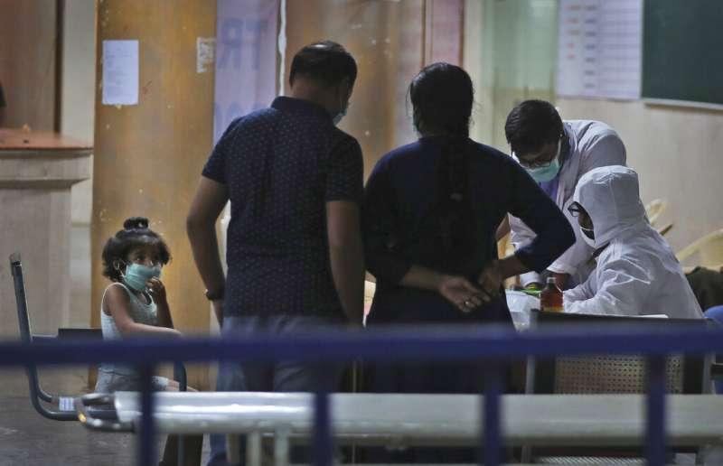 印度疫情爆發,單日確診人數將近百例。(AP)
