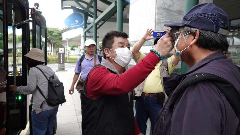 旅行業者在上飛機、進飯店跟上遊覽車時,都會實施消毒與體溫檢測。(圖/徐炳文攝)