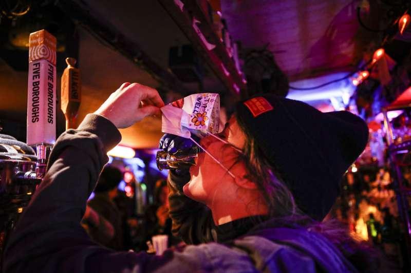 紐約州成為美國新冠肺炎(武漢肺炎)疫情重災區,過往熱鬧的夜生活景象已不復見(AP)