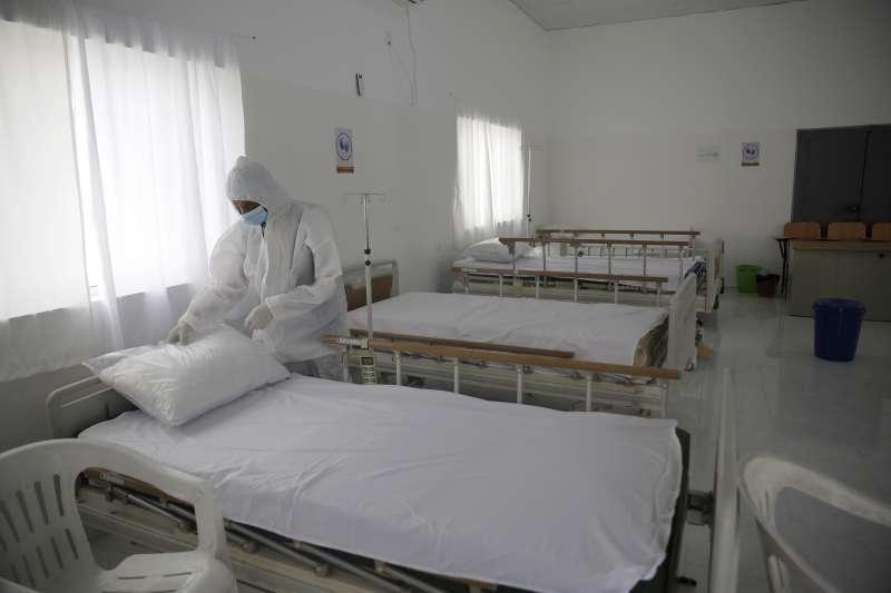 葉門醫護人員準備隔離病房。(美聯社)