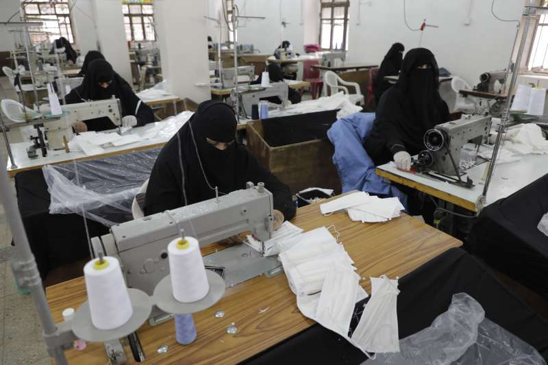 葉門工廠趕製口罩。(美聯社)