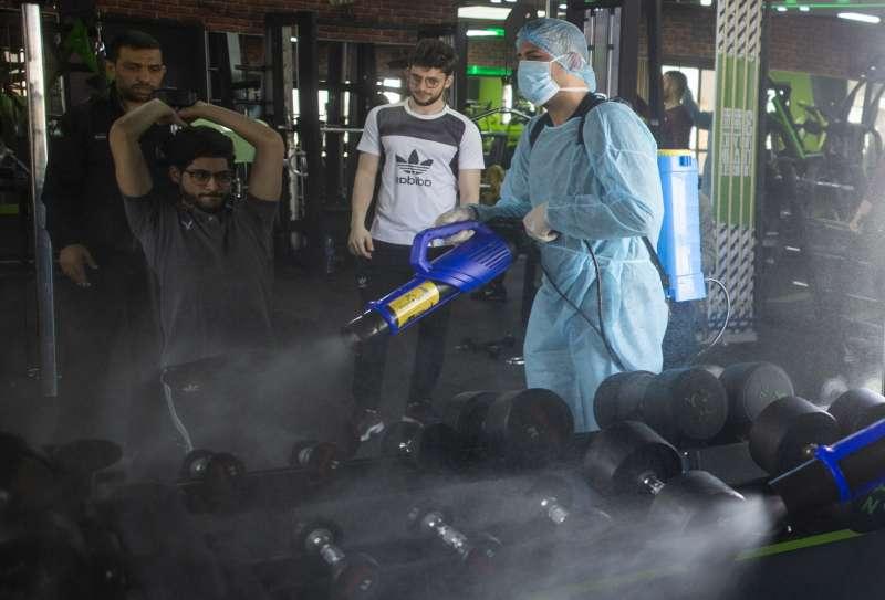 加薩城一處健身房進行防疫消毒。(美聯社)