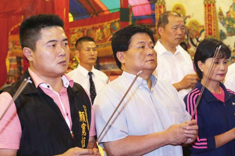 鎮瀾宮董事長顏清標(前中)顏家代表的黑派,在地方具有相當實力。(新新聞資料照)