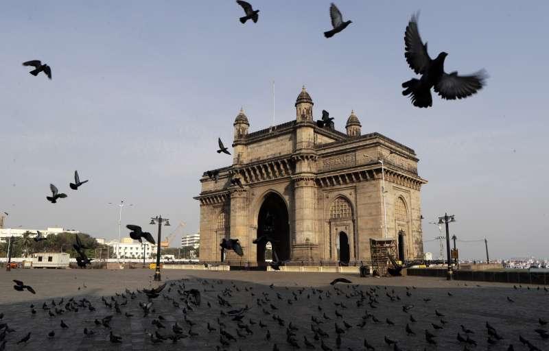 為防範新冠肺炎疫情擴散,印度25日起全國封鎖3周。圖為孟買「印度門」。(AP)