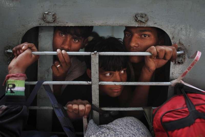 為防範新冠肺炎疫情擴散,印度25日起全國封鎖3周。許多靠著日薪過活的工人生活恐陷入困境。(AP)