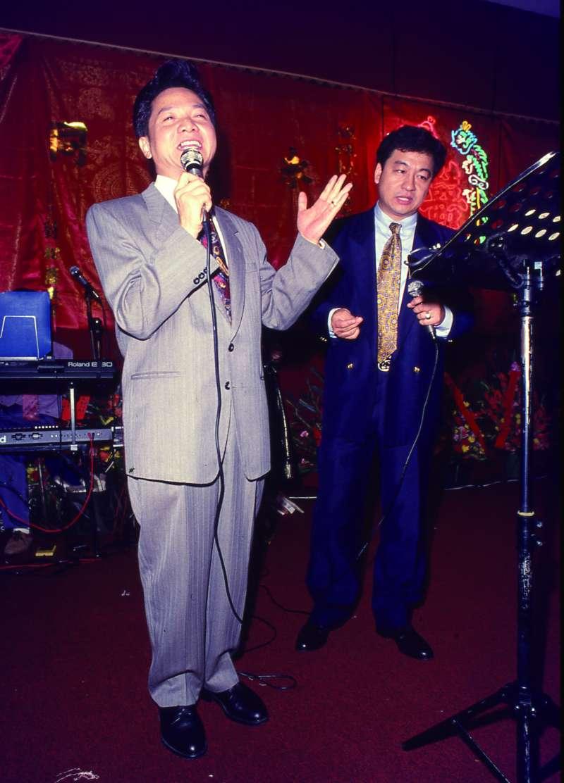寶島歌王葉啟田(左),當年選上立委被媒體讚以「認真」。(新新聞資料照)