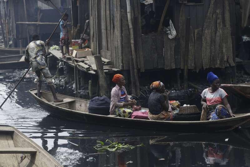 新冠肺炎疫情持續擴散,但如非洲奈及利亞等地的貧民窟居民,根本無法遵守勤洗手、社交疏離等防疫指引(AP)