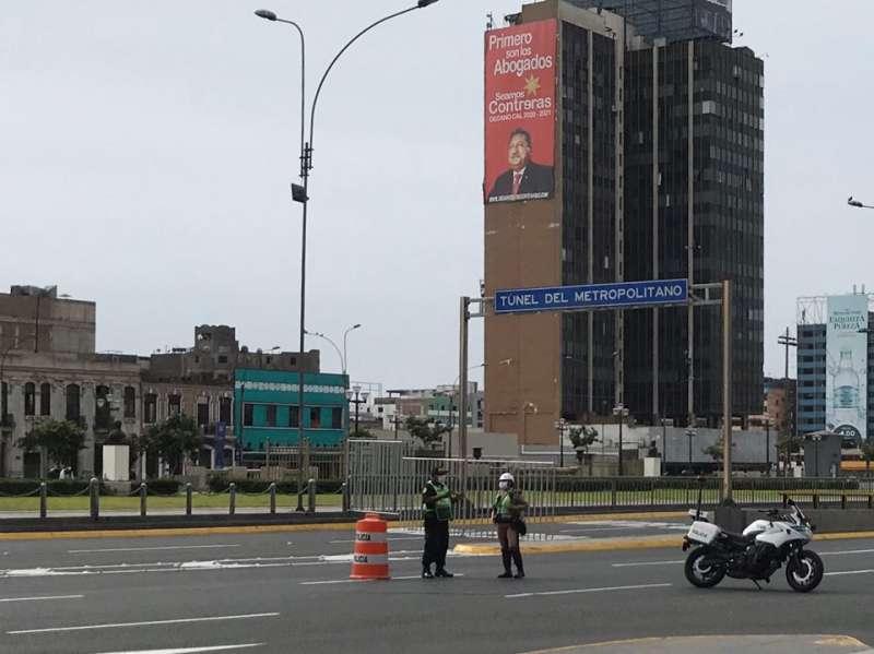 由於實施戒嚴,秘魯各地人車都已絕跡,只有軍警在路上駐守(圖片來源:雄獅領隊王智弘提供)