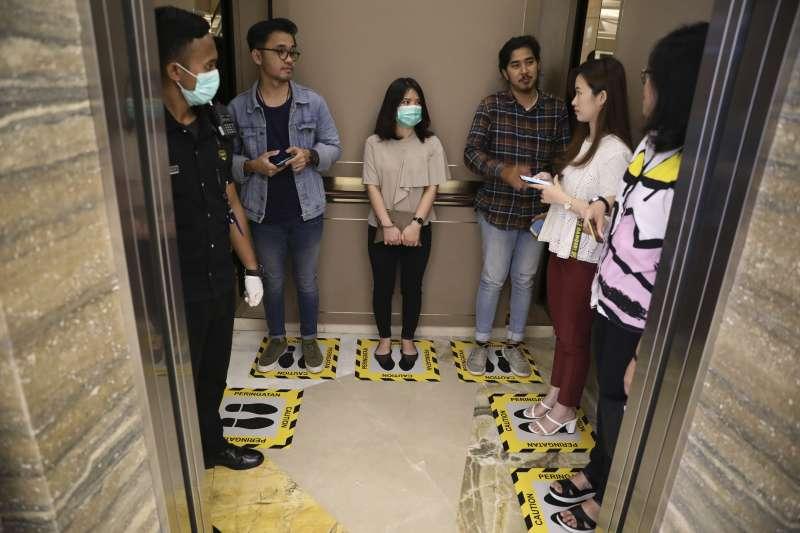 武漢肺炎:印尼總統佐科威認為落實保持社交距離才能防止病毒傳播(AP)