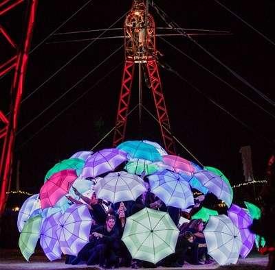 比利.艾爾文邀請后里在地民眾持傘燈共同演出,帶來驚險又驚艷的視覺饗宴。(圖/臺中市政府提供)