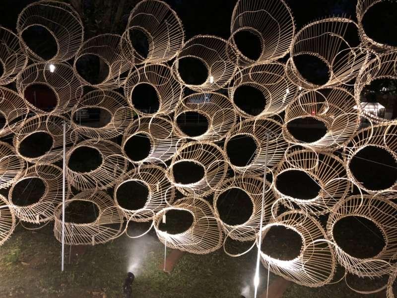 藝術家范承宗以台灣傳統捕魚工具「魚筌」為主題,打造的巨大立體雕塑「源流」。(圖/臺中市政府提供)
